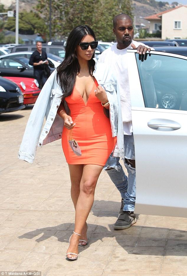 Robe-fourreau-orange-chez-Kim-Kardashian