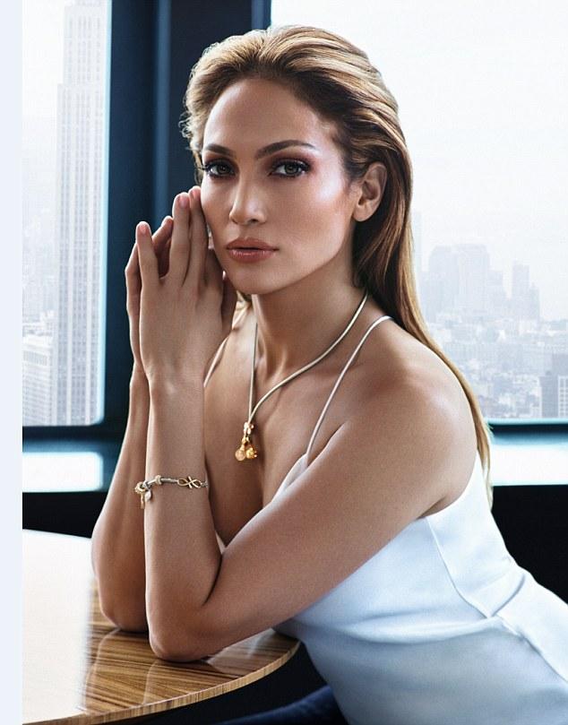 Des-bijoux-signes-Jennifer-Lopez