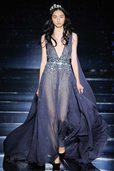 De jolis escarpins sur sa robe de soirée