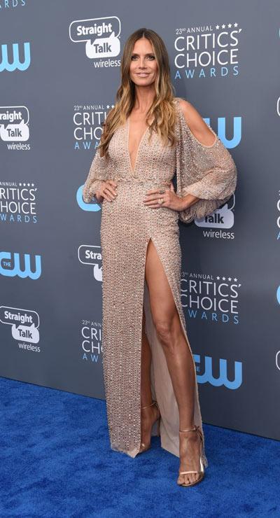 Heidi Klum dans une robe de soirée dorée sexy fendue à manche longue
