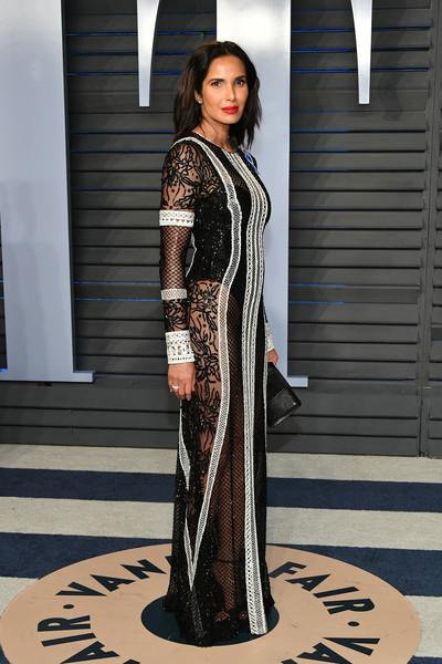 Padma Lakshmi porte une robe sexy de soirée noire à manche longue