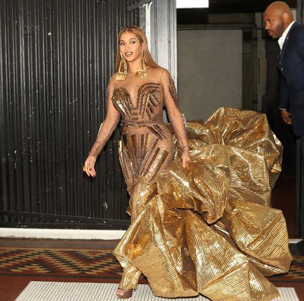 Beyonce porte une robe de soirée longue dorée fantasie