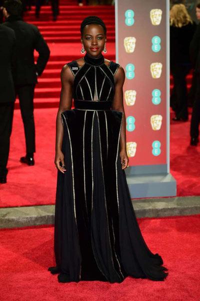 Lupita Nyong'o porte une robe de soirée noire élégante aux Bafta 2018