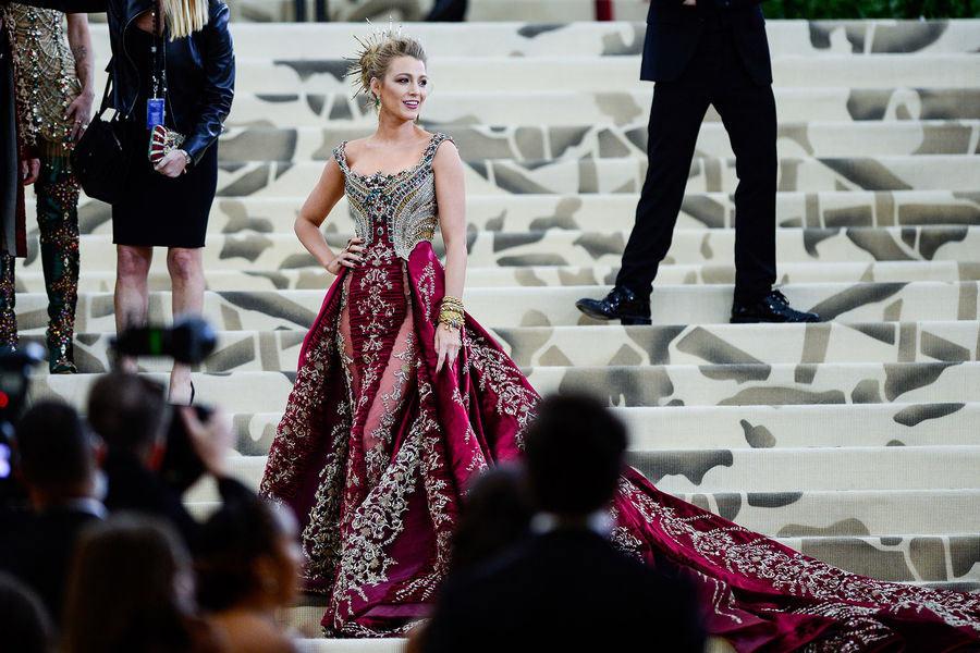 Blake Lively vêtu d'une robe Versace personnalisé avec un corsage brodé