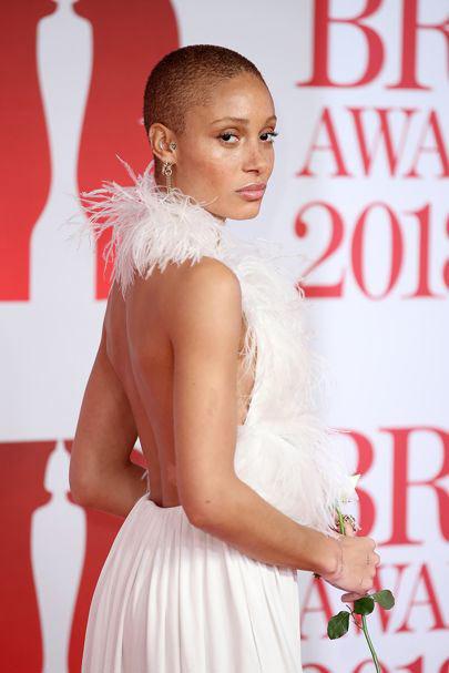 Adwoa Aboah en une robe blanche à plumes dos nu