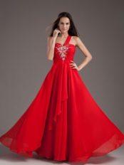 robe de soirée rouge à une épaule ornée de bijoux