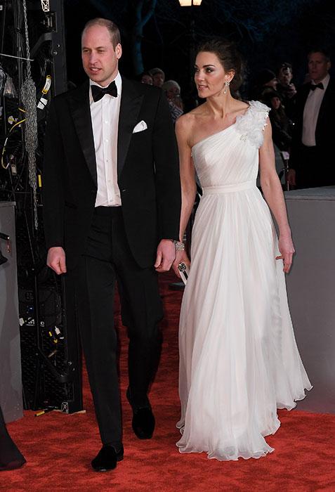 robe de soirée blanche asymétrique orné de fleurs Kate Middleton