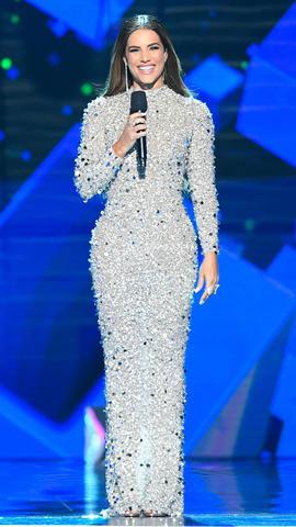 Gaby Espino en robe argentée à col montant entièrement recouverte de strass et de perles Billboard Latin Music Awards 2019