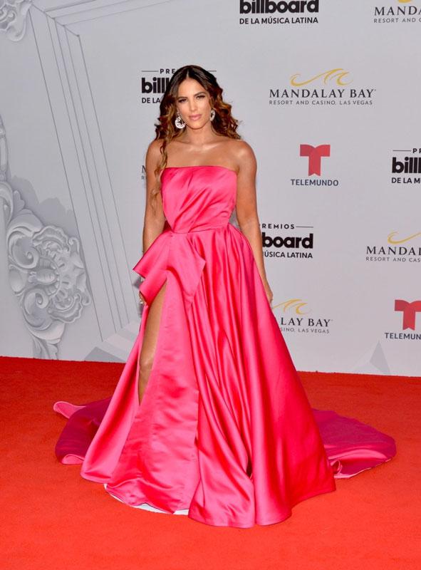 Gaby Espino en une robe de soirée fuchsia fendue bustier Billboard Latin Music Awards 2019