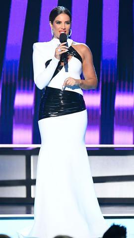 Gaby Espino en robe de soirée blanche sirène embellie par des bandes plissées en latex noir Billboard Latin Music Awards 2019