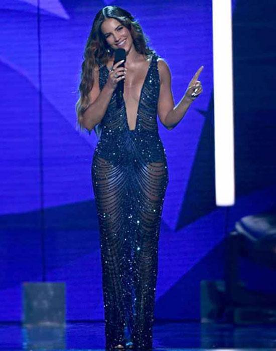 Gaby Espino en robe de soirée bleu nuit décolleté en V plongeant Billboard Latin Music Awards 2019