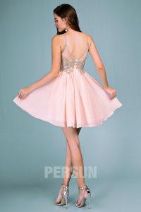 robe de soirée rose courte dos nu embelli de bijoux