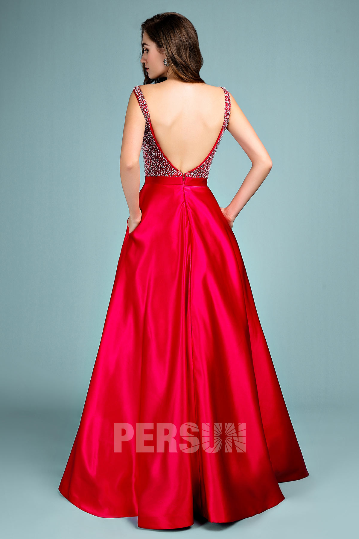 robe de soirée rouge haut embelli de strass dos ouvert
