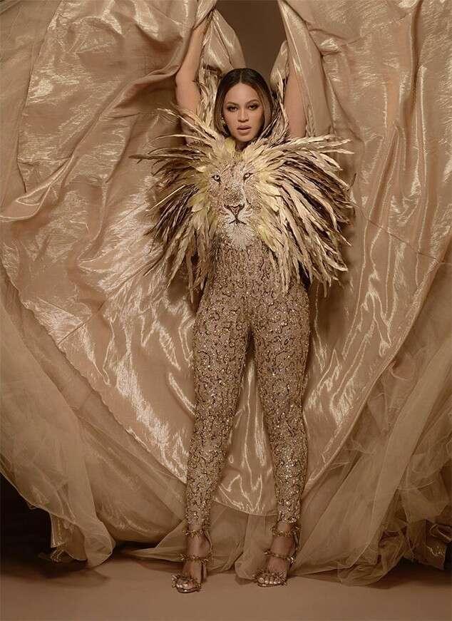 Beyoncé en tenue tapis rouge dorée orné de strass au wearable art gala 2019