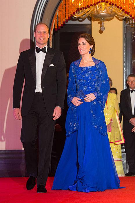 robe de soirée bleue appliée de fleurs délicates avec une veste transparente en dentelle