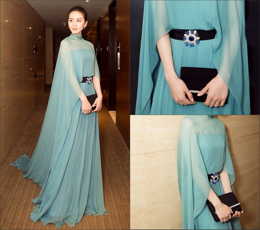 robe de soirée longue verte ceinturée de bijoux avec cape longue illusion