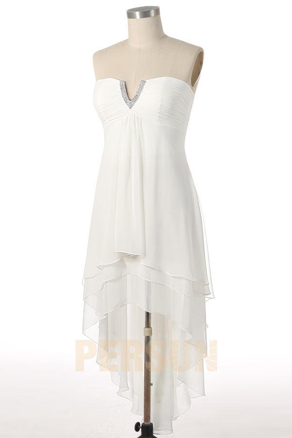 robe de soirée courte devant longue derrière blanche encolure djellaba ornée de bijoux